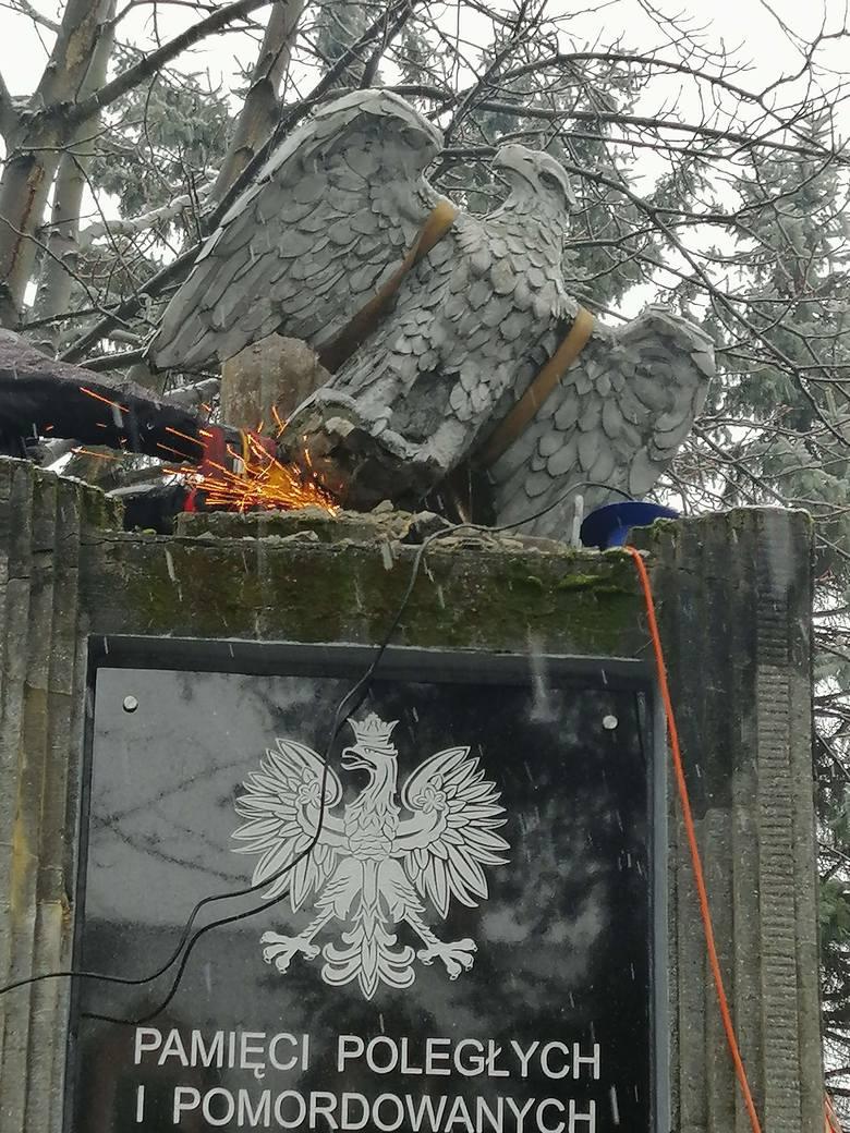 Z pomnika poległych w walkach z UPA w Lesku zdemontowano orła. Mieszkańcy poruszeni, burmistrz tłumaczy: to decyzja IPN
