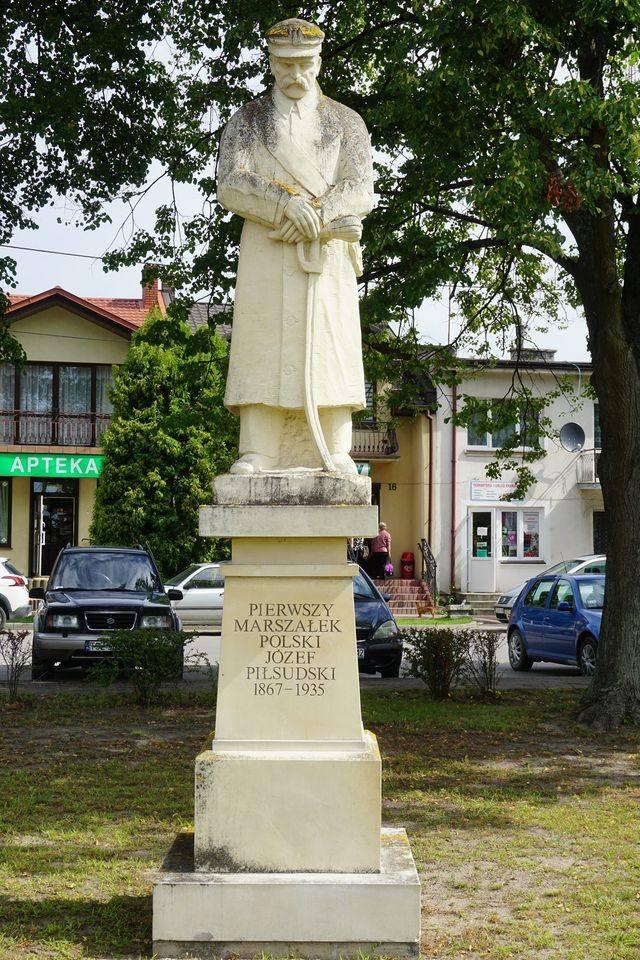 Pomnik Marszałka Józefa Piłsudskiego na rynku w Bogori