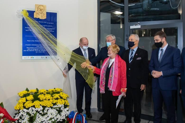 To pierwsza taka tablica poświęcona św. Janowi Pawłowi II, która wszystkim pasażerom Portu Lotniczego Bydgoszcz od dziś (16.10.2020 r.) przypominać będzie
