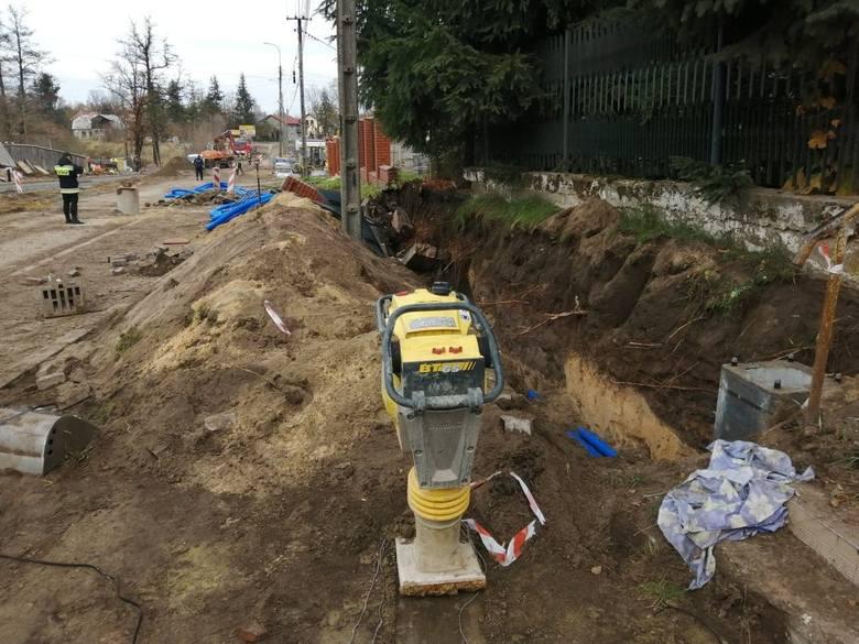 Do zdarzenia doszło w czwartek 7 listopada przed południem na ulicy Berezów w Suchedniowie. W trakcie przebudowy mostu na rzece Kamionce i dojazdów do