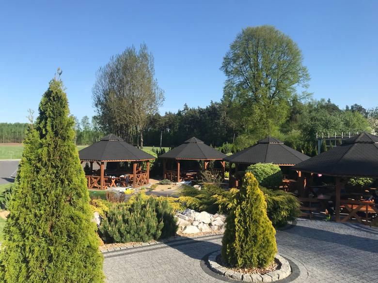 Od soboty, 15 maja w Camelii, Lubachowy 68 (gmina Moskorzew), będzie działał ogródek. A właściwie ogród. Są tu zadaszone altany, duża weranda przed restauracją,