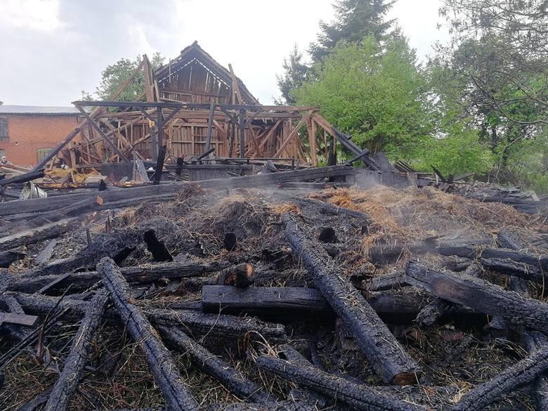 Dziś o godzinie 13:45 w miejscowości Żabinek doszło do pożaru stodoły, w którą uderzył piorun. Stodoła była wypełniona sianem i sprzętem. Wszystko uległo