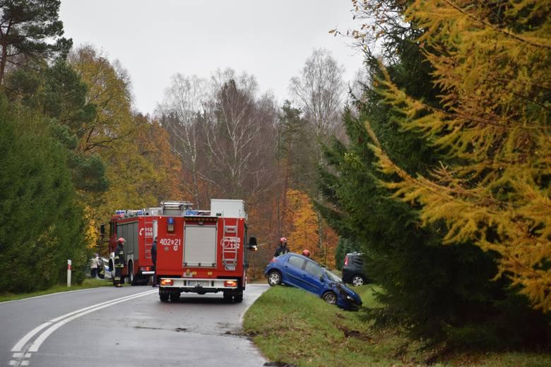 Dzisiaj (poniedziałek) około godz. 9.30 na drodze krajowej nr 20 niedaleko wsi Przęsin (gm. Miastko), kierujący samochodem marki Peugeot stracił panowanie