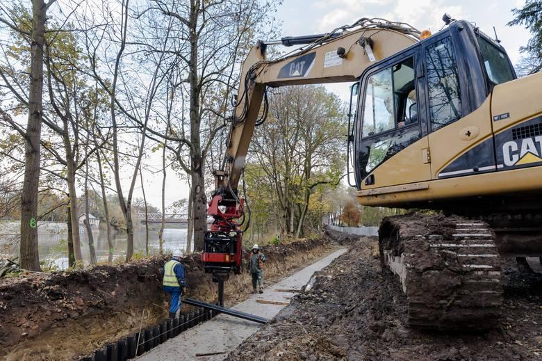 O planach budowy zabezpieczeń wzdłuż ul. Oławskiej mieszkańcy słyszeli już w latach 70. XX w. W 2007 r. rozpoczęto prace nad projektem, a w tym roku