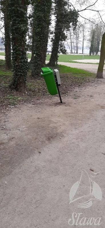 zniszczony park, sława, wandale, wyrwane ławki i kwiaty, park miejski w Sławie