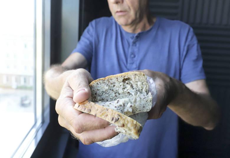 Chleb z niespodzianką. W środku nasz Czytelnik znalazł plastikowy przedmiot. To odłamek z maszyny. Piekarnia przeprasza