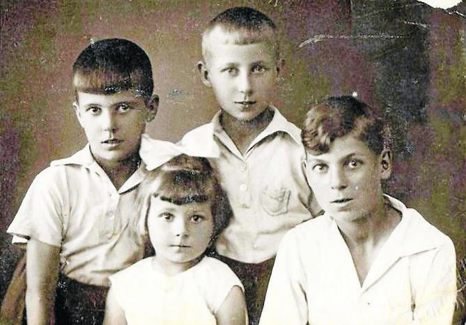 Autorka z braćmi (od lewej): Romkiem, Gerardem i Edwardem. Bracia już nie żyją