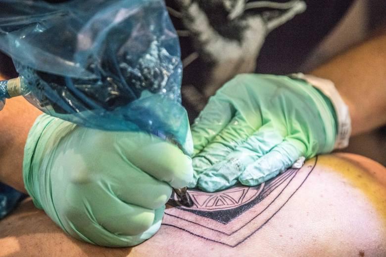 Coraz więcej osób zwłaszcza młodych, decyduje się na ozdobienie swojego ciała tatuażami, nie zdając sobie sprawy z zagrożeń dla zdrowia.  <br />