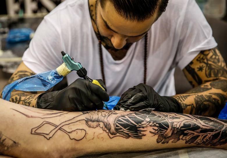 Coraz więcej osób zwłaszcza młodych, decyduje się na ozdobienie swojego ciała tatuażami, nie zdając sobie sprawy z zagrożeń dla zdrowia.  i