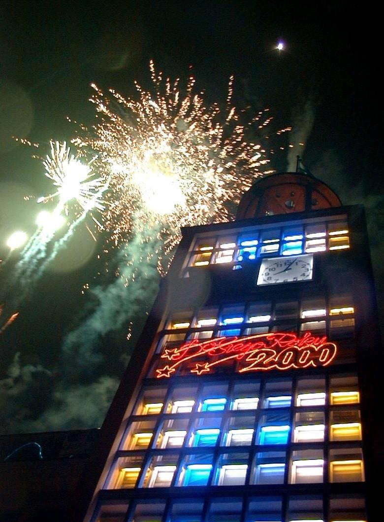 Jak zwykle przed ratuszem Koszalin powitał Nowy Rok 2000.Zobacz także Dożynki powiatowe na stadionie Gwardii