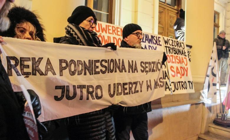 """Lubelska pikieta w obronie sędziów. """"Obywatele, otwórzcie wreszcie oczy"""". Zobacz zdjęcia"""