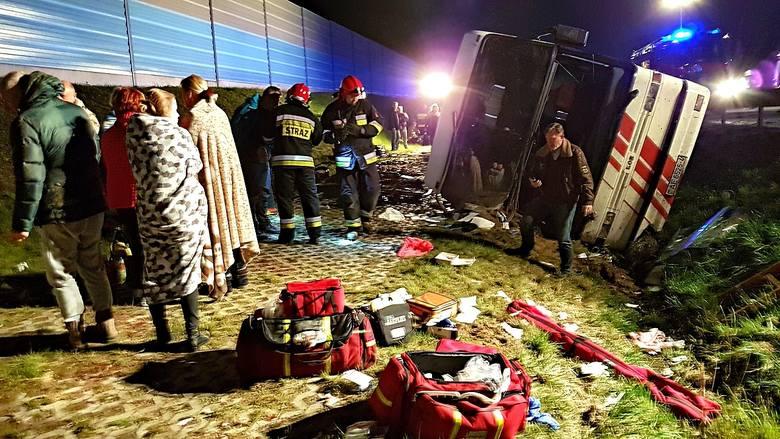 W wypadku autobusu na autostradzie A2 we wtorek nad ranem rannych zostało kilkanaście osób.Kliknij w link, aby przejść do artykułu