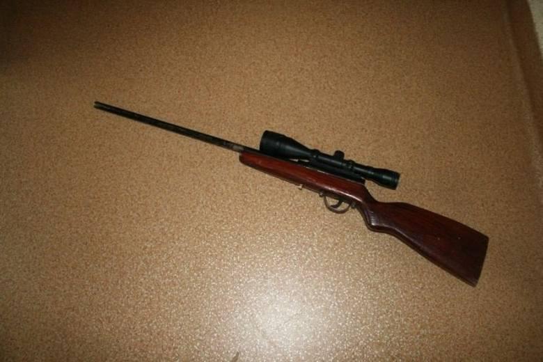 Broń i amunicję skonfiskowali policjanci z Golubia-Dobrzynia. Znaleźli ją u dwóch mieszkańców gminy Zbójno w wieku 63 i 67-lat.Kilka dni temu dyżurny