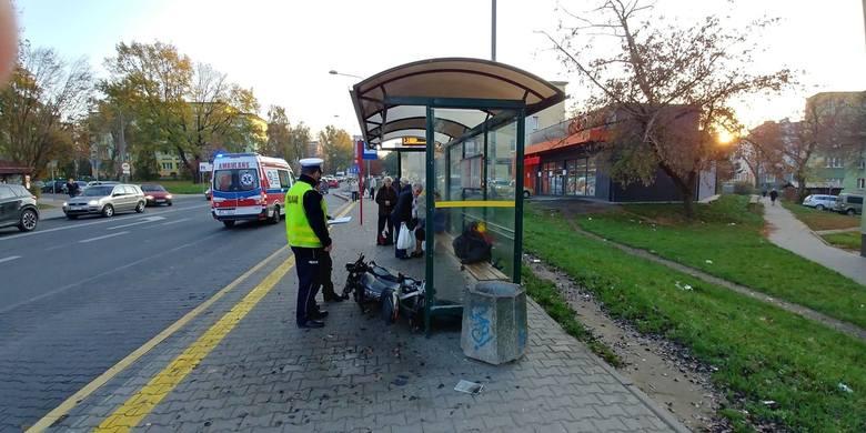 Motocykl uderzył w przystanek i ludzi czekających na autobus na ulicy Struga. Dwoje pasażerów i motocyklista zostali zabrani do szpitala.