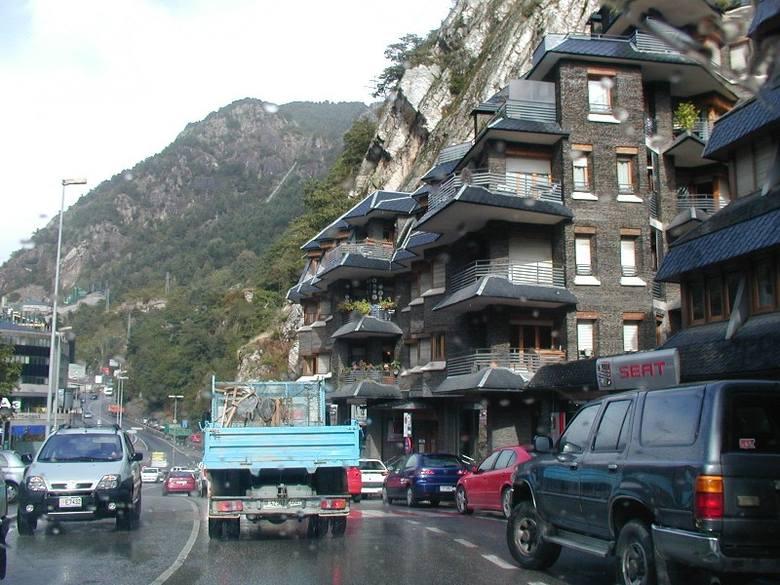 Do położonej w wysokich Pirenejach Andory turyści przyjeżdżają dla pięknych widoków gór i tanich zakupów.