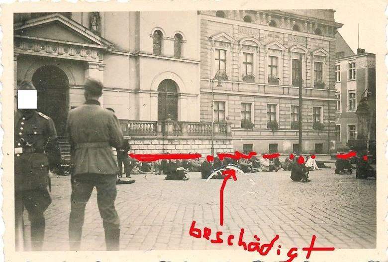 Zachodnią pierzeję Starego Rynku widać tu dość dokładnie... podobnie jak cywilne ofiary późniejszych rozstrzeliwań.
