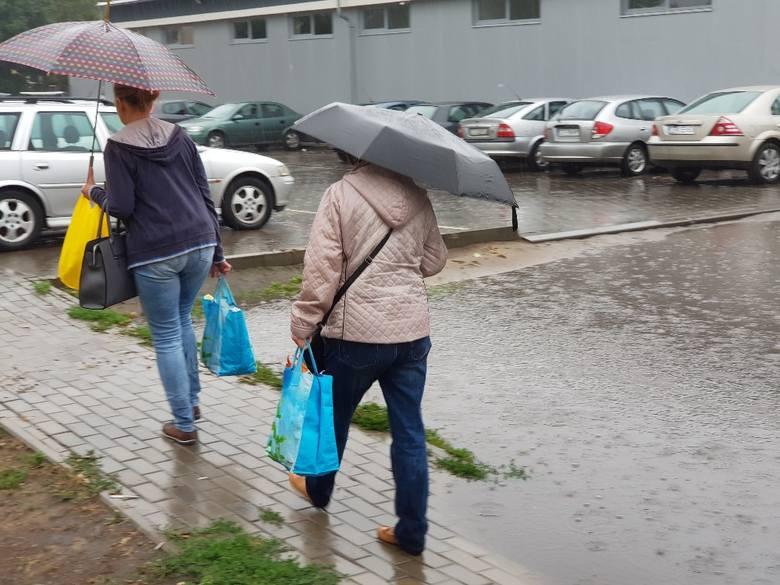 Wczoraj i dziś (13.07) przez Toruń przeszła ulewa. Deszcz był na tyle obfity, że pod wodą znalazły się wnętrza Centrum Bumar u zbiegu Lelewela i Grudziądzkiej. Zobaczcie też co działo się na ulicy Fałata, przy Wałach gen. Sikorskiego, Świętopełka... ! <br /> <br /> ul. Fałata.