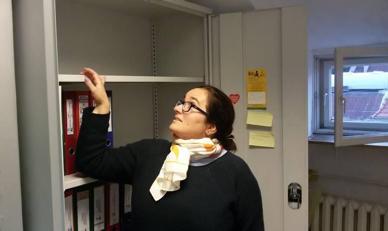 Dr Anita Kucharska-Dziedzic pokazuje nam puste pólki, na których stały segregatory z zajętymi dokumentami