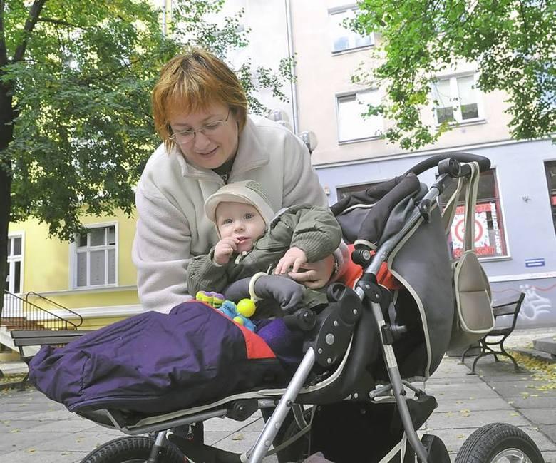- Synek ma 14 miesięcy, więc wózek jest naszym nieodłącznym towarzyszem. Gdy wybieram się z Aleksandrem do znajomych lub po zakupy i nie mogę wejść tam