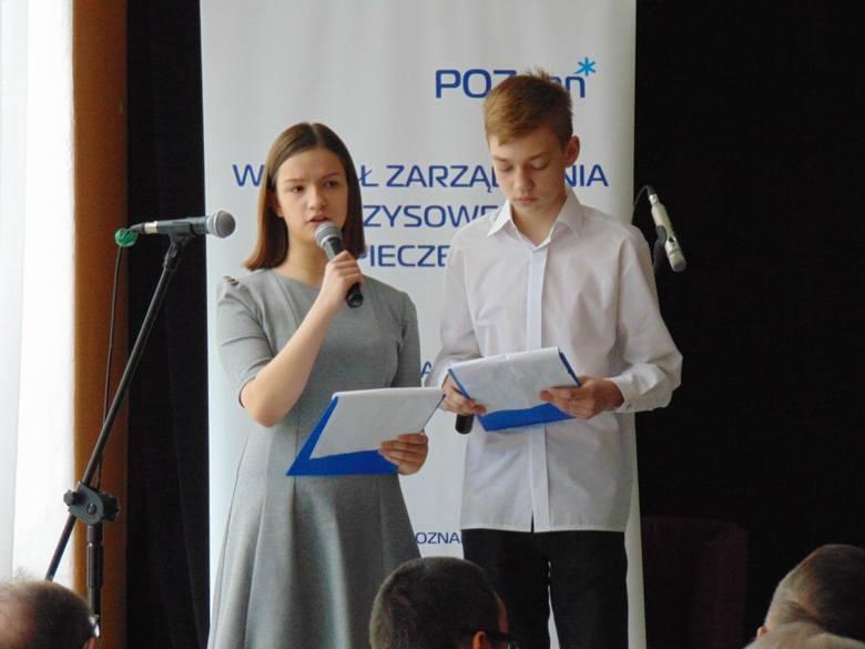 """Projekt """"Wnuczek radzi i ostrzega"""" zainaugurowano w Gimnazjum nr 63. Uczniowie zaprezentowali zaproszonym seniorom scenki prezentujące czyhające na nich zagrożeni"""