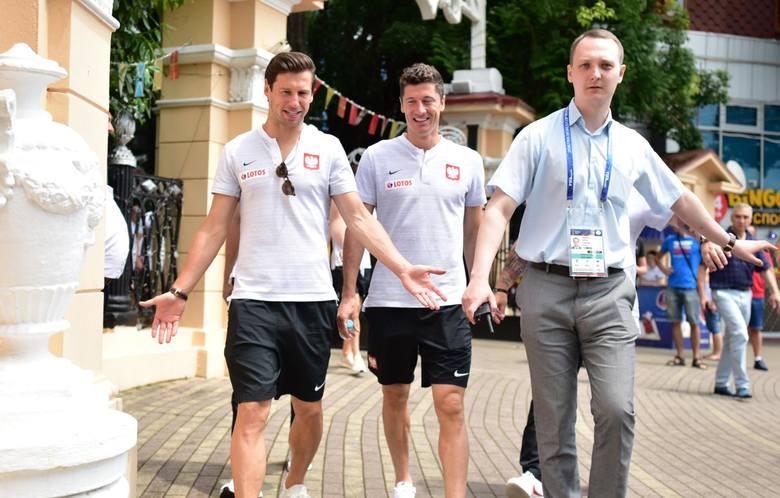 Zarobki czołowych polskich piłkarzy nie są tak poufne jak tych występujących w Ekstraklasie. Kontrakty, których reprezentantów Polski są najbardziej