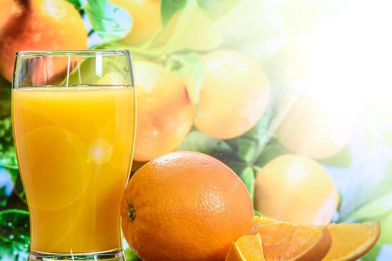 Jej regularne przyjmowanie zmniejsza ryzyko przeziębienia. Główne źródła witaminy C to natka pietruszki, czerwona papryka, acerola, brukselka, brokuły,