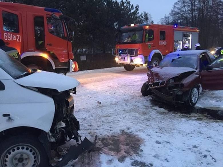 W Turzynie pijany kierowca uderzył w busa z dziećmi. Sześć osób jest w szpitalu