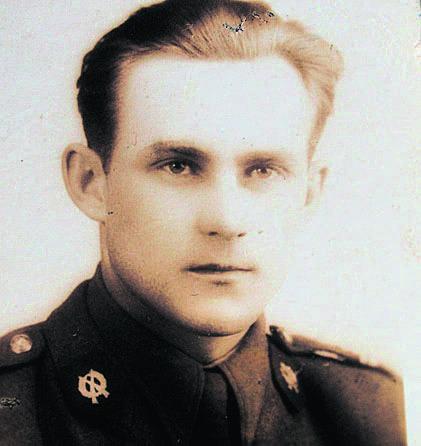Julian Jamróz (rocznik 1931) w mundurze żołnierskim w Szczakowej, obecnie mieszkaniec Brzegu, autor pamiętnika i strażnik pamięci o polskim Wołyniu.