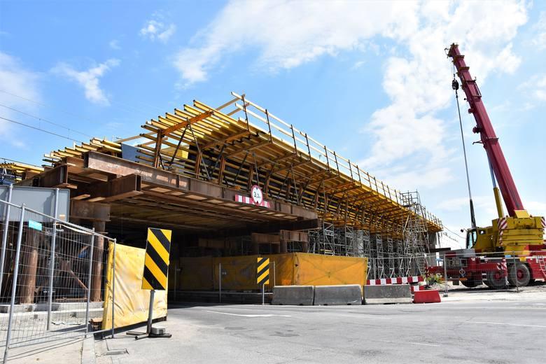 Centrum przesiadkowe Opole Wschodnie. Postępuje realizacja wiaduktu nad ul. Oleską, wkrótce rozpocznie się wykonanie prefabrykowanej konstrukcji drugiego