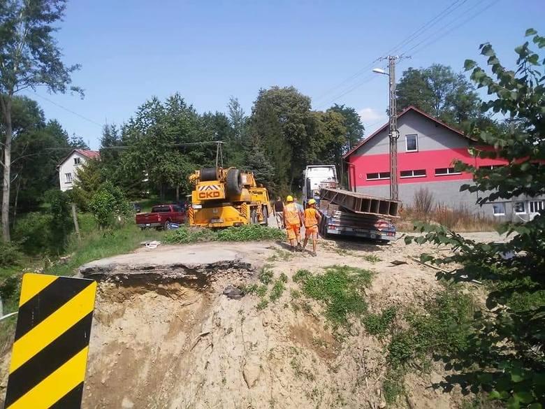 Dziś w Handzlówce pojawili się budowniczy, którzy w ciągu kilku tygodniu postawią w tej miejscowości most tymczasowy.