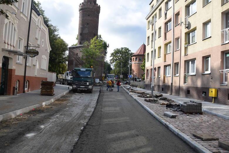 W tym tygodniu wykonawca zaczął wylewać ostatnią warstwę asfaltu.