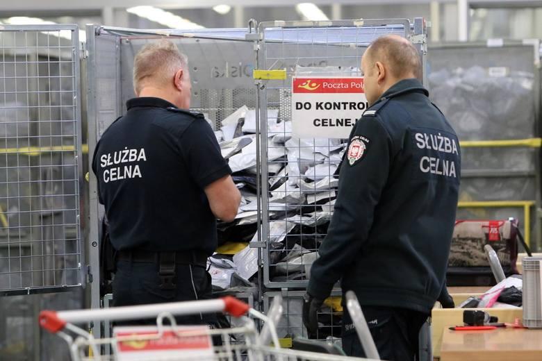Wzmocnieni kadrowo celnicy wraz z pracownikami sortowni Poczty Polskiej starają się weryfikować wszystkie przesyłki, które wydadzą im się podejrzane.