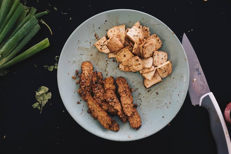 """""""Serek"""" sojowy tofu i fermentowane ziarna soi w postaci tempehu należą do najbogatszych źródeł białka w diecie wegańskiej"""