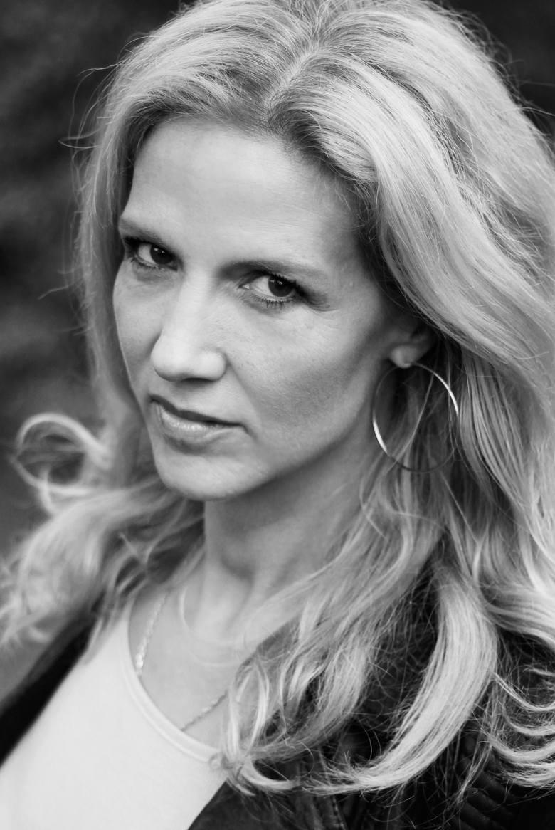 Liza Marklund urodziła się w 1962 roku. Debiutowała w 1995 roku. Trzy lata później wydała pierwszą część serii z Anniką Bengtzon
