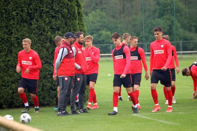 Piłkarska reprezentacja Polski do lat 21 od poniedziałku trenuje na obiektach Hotelu Sielanka koło Warki. Drużyna uczestniczy w zgrupowaniu selekcyjnym