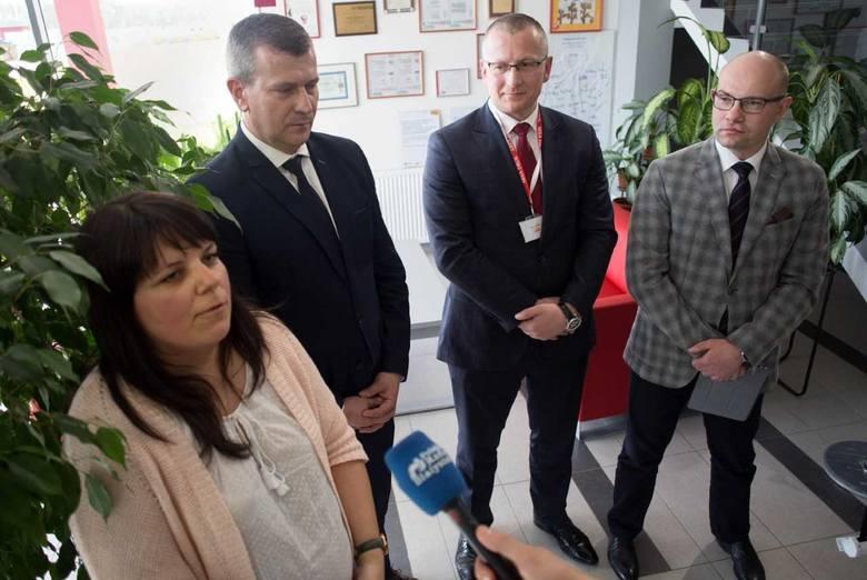 Od lewej Emilia Malinowska  dyrektor Departamentu Innowacji i Przedsiębiorczości UMWP, Krzysztof Gołaszewski, burmistrz Łap, Artur Bach, prezes Arka-Druk