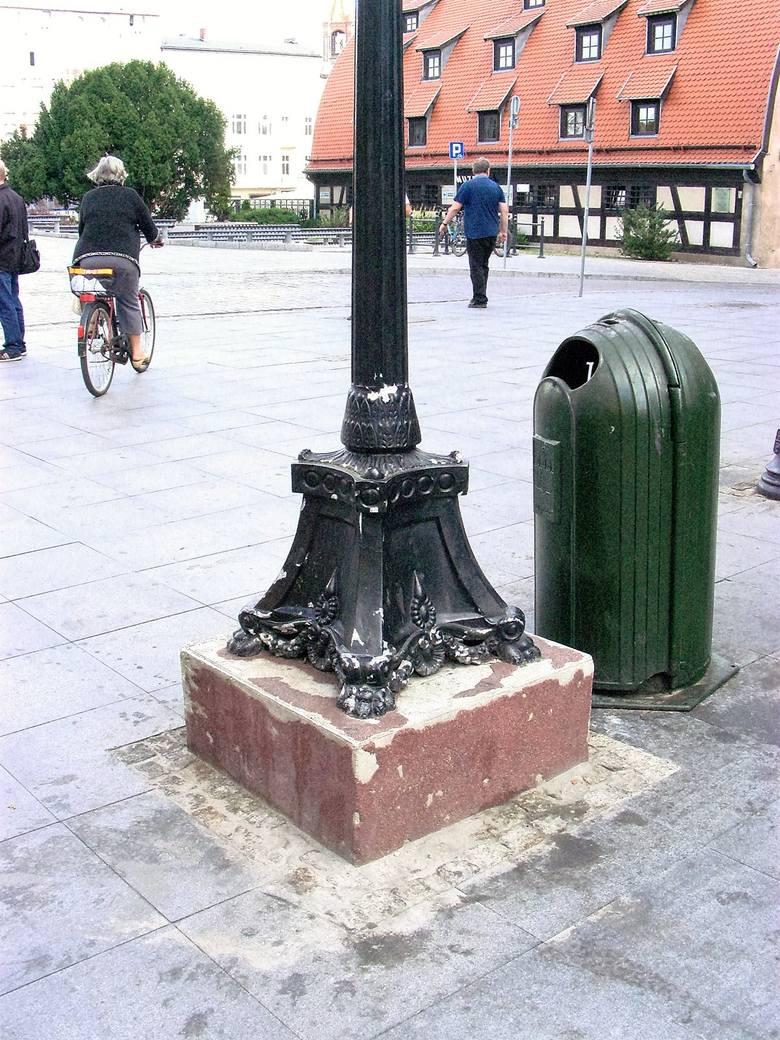 Kiedy kilka lat temu remontowano ulicę, zapomniano o stojącym na środku zegarze. Na szczęście obskurny cokół  i metalowy słup  są  jak nowe.Kolejna pozytywna