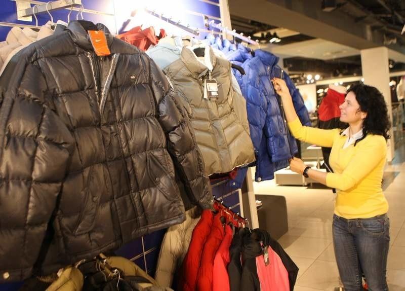 Wyprzedaże zimowe Zima to czas, w którym pora zastąpić jesienne skórzane kurtki, parki, czy modne botki nieco cieplejszymi ubraniami – wełnianymi swetrami, wysokimi kozakami oraz .