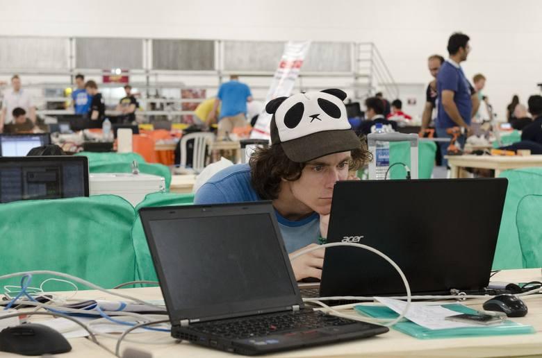 INFORMATYKAGdzie studiować informatykę, by najwięcej zarabiać? Kwoty to średnia miesięczna pensja absolwenta rok po ukończeniu studiów.1. Informatyka