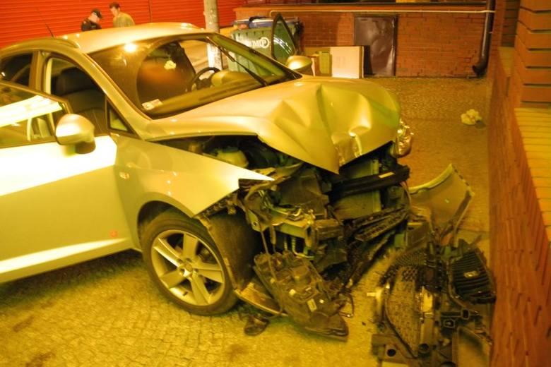 Jej samochód z kompletnie rozbitym przodem stał zaparkowany przed Żabką. Uszkodzenia auta nie pasowały do ściany sklepu. Dodatkowo, na tej ostatniej,