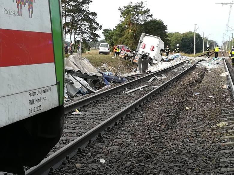 Do zdarzenia doszło przed godz. 7 w miejscowości Dworaki-Staśki, w powiecie wysokomazowieckim, pomiędzy stacjami kolejowymi Racibory – Łapy. - Na przejeździe