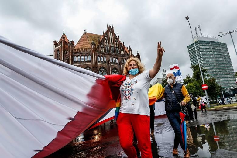 """Marsz """"Porozumienie 2020"""" pod bramę nr 2 Stoczni Gdańskiej z czterema flagami 31.08.2020"""