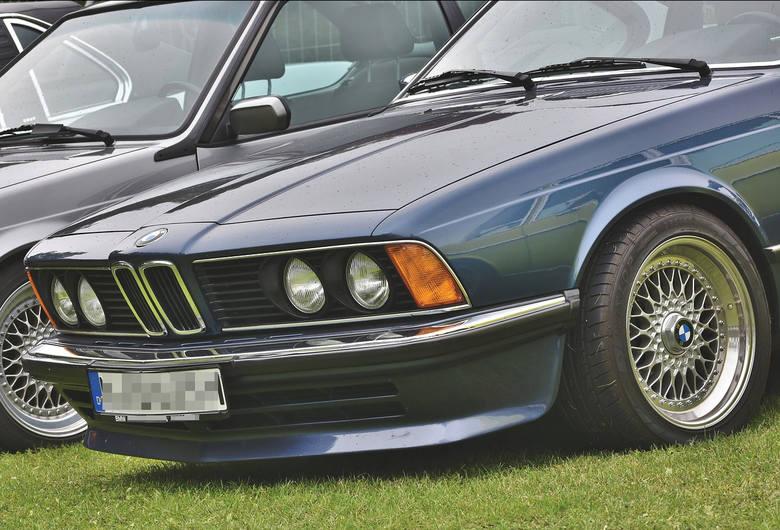 Młody, bezdzietny kawaler z Wrocławia jeżdżący BMW - statystycznie taki kierowca zapłaci najwyższą stawkę obowiązkowego ubezpieczenia OC.Za które auta