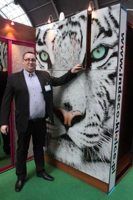 Oryginalny i bardzo ostatnio modny sposób na ożywienie zwykłej szafy prezentował na targach Sebastian Grzela z JS Modne Meble z Domaszowic.