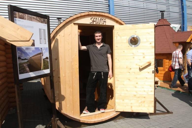 Drewnianą saunę ogrodową wykonaną przez firmę Organica z Zagnańska prezentuje właściciel  Mateusz Szwagierczak.  Sauna zbudowana na wzór ruskiej bani.