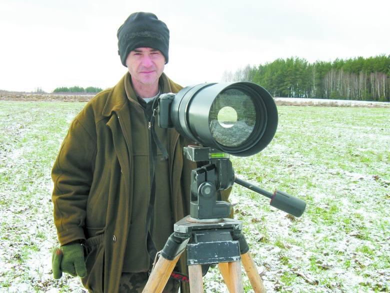 Taki obiektyw i wrodzony talent fotografa gwarantują, że zdjęcia żubrzego stada będą udane