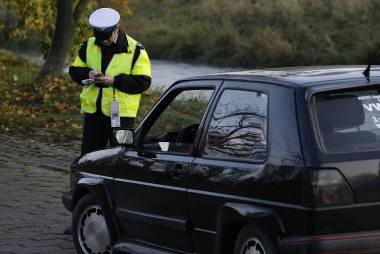 """Podczas całodniowej akcji pod  hasłem """"Pasy"""" policjanci  z naszego regionu sprawdzali, czy kierowcy i pasażerowie mają zapięte  pasy  bezpieczeństwa."""