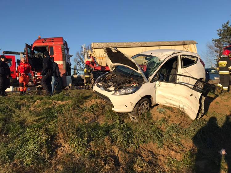 Po dotarciu strażaków na miejsce okazało się, że rozbite są dwa pojazdy: samochód ciężarowy i osobówka.