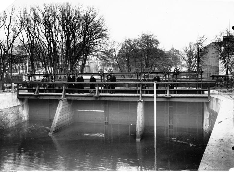 Tego samego dnia do tragicznego wypadku doszło przy II śluzie przy ul. Grottgera. Usiłujący sobie skrócić drogę 8-letni chłopiec spadł z mostku do wody