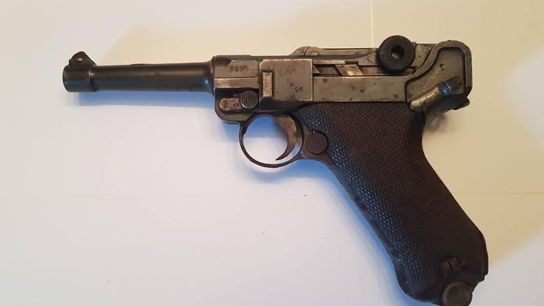 W skrzyni były dwa rewolwery i cztery pistolety, m.in. ta parabelka
